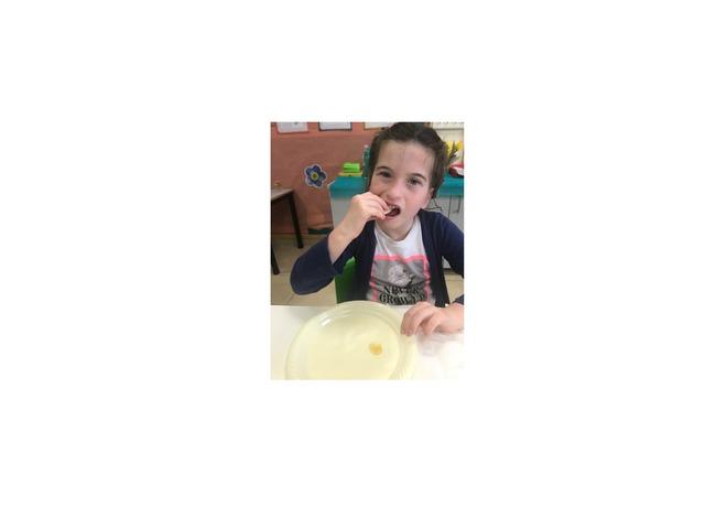 ניקול אוכלת תפוח בדבש by רינת צעירי
