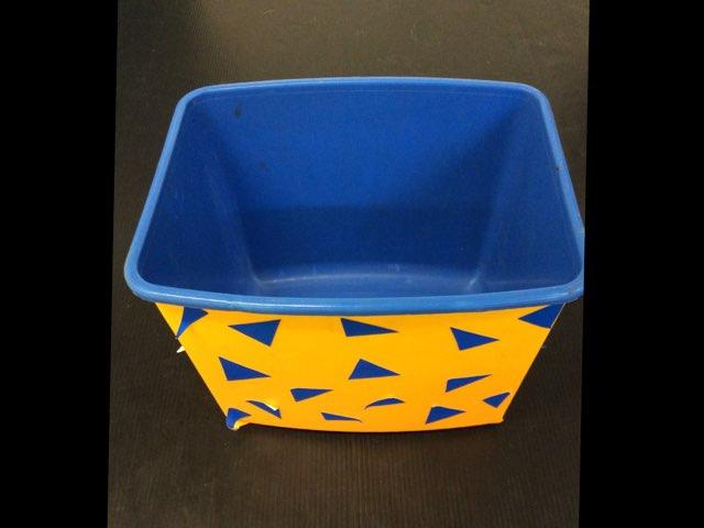 מה יש בקופסא? by Sara Bencher